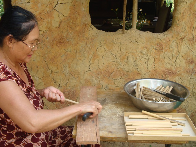 woman_making_bamboo_straws_zero_waste_saigon