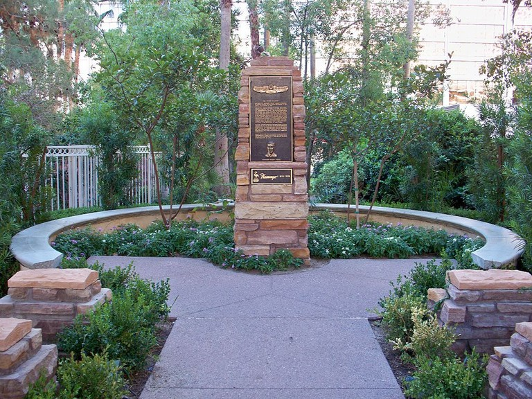1024px-Bugsy_Siegel_Memorial_Flamingo_20121103