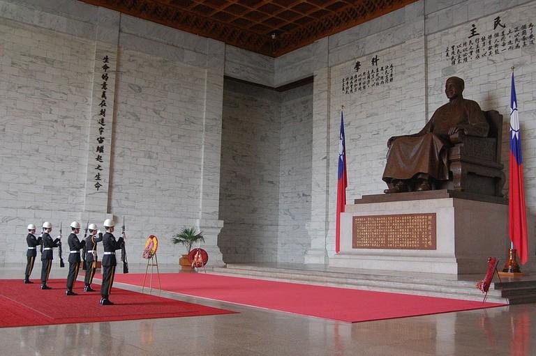 1024px-Change_of_Guards_at_Chiang_Kai-Shek_Memorial_Hall_(5457962594)