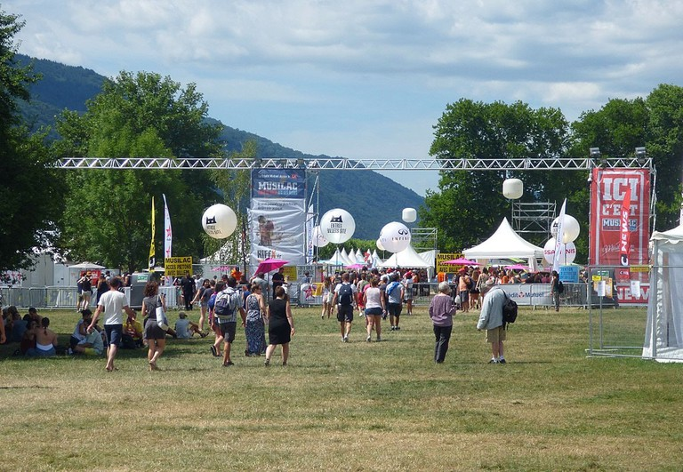 Festivalgoers arriving at Musilac