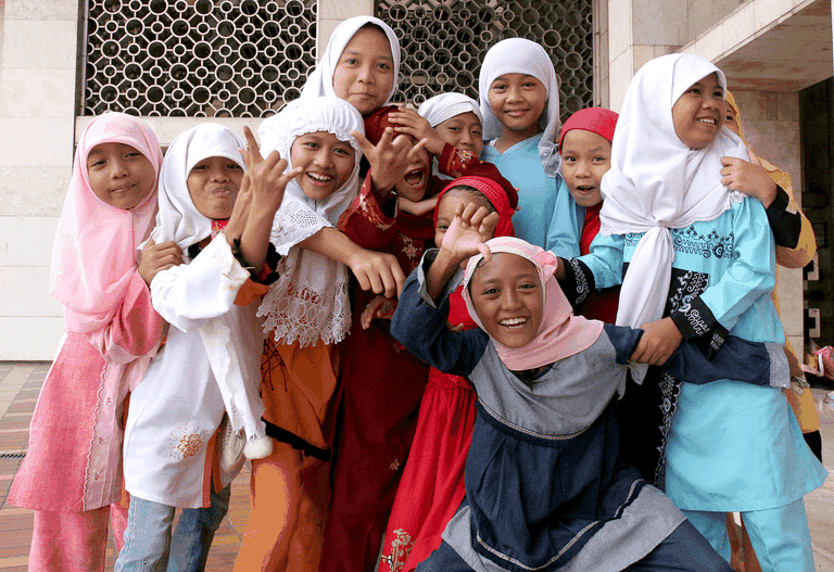 1024px-Muslim_girls_at_Istiqlal_Mosque_jakarta