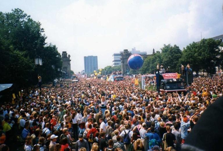 1200px-Berlino_Love_Parade_1998