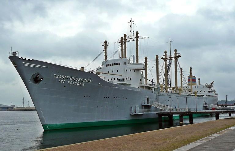 1200px-Rostock_Traditionsschiff_Typ_Frieden_(01)