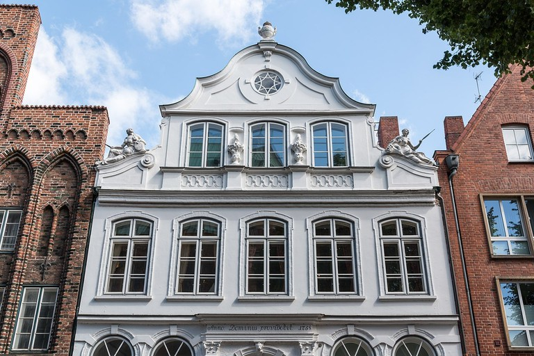 1280px-Lübeck,_Mengstraße,_Buddenbrookhaus_--_2017_--_0482