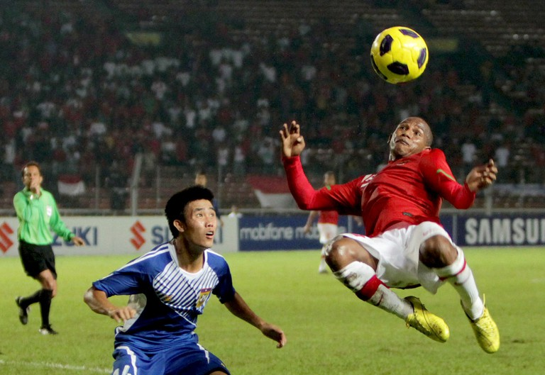 Okto Maniani (right) in the AFF Cup