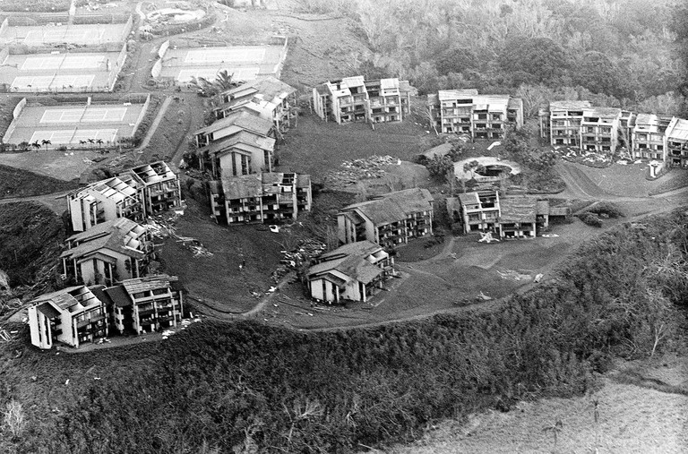 Many homes lost their roofs during Hurricane Iwa | © National Museum of the U.S. Navy/Flickr