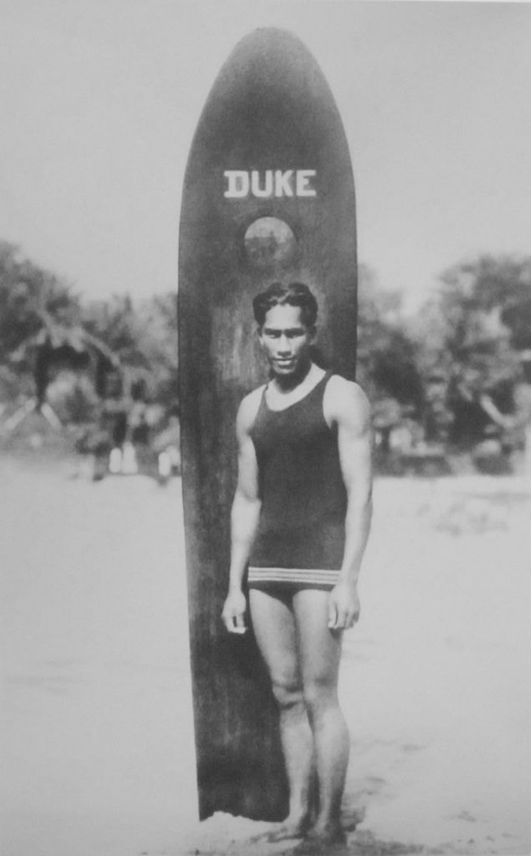 636px-Anonymous_photograph_of_Duke_Paoa_Kahanamoku_with_his_surfboard
