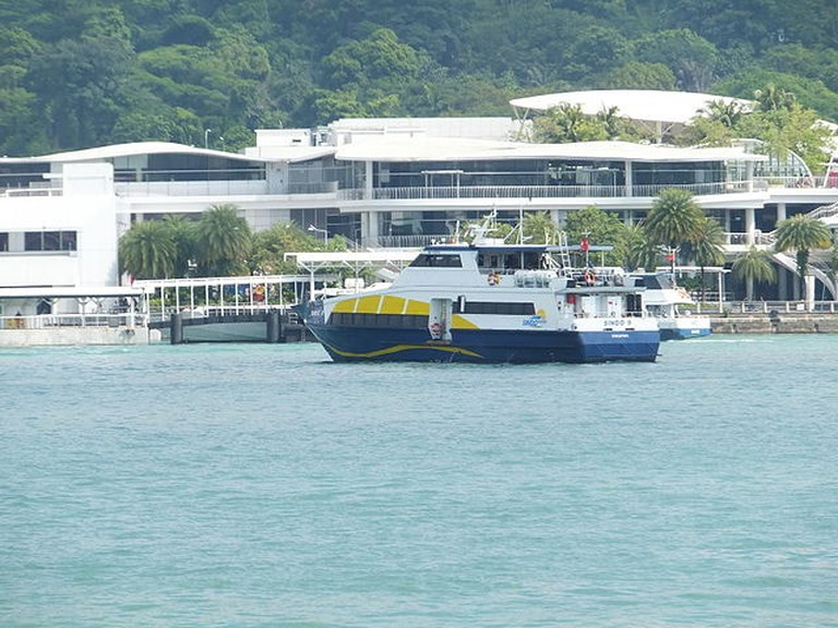 640px-Ferry_Sindo_9_in_Singapore_Cruise_Centre_20130209a