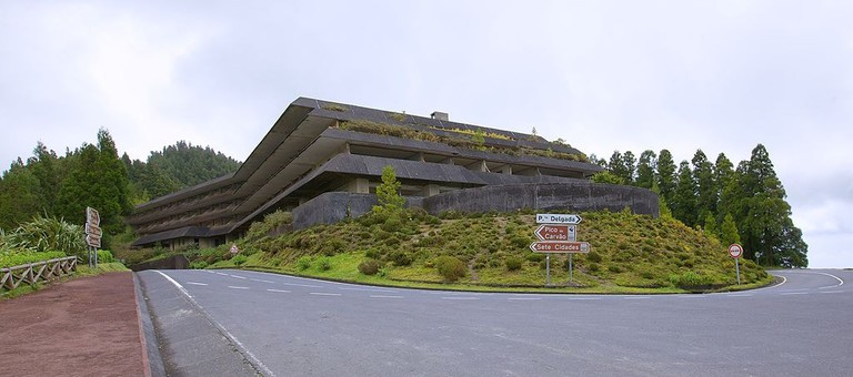 Abandoned_hotel_in_Vista_do_Rei_-_Azores_-_panoramio