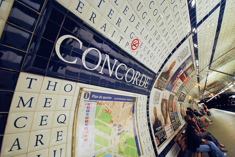 Concorde_metro_stop,_Paris_2007