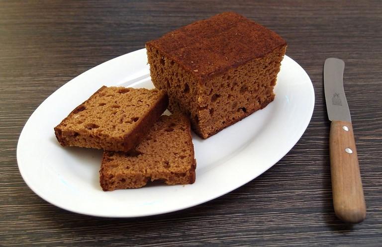 Dutch_style_gingerbread_loaf,_cut_open