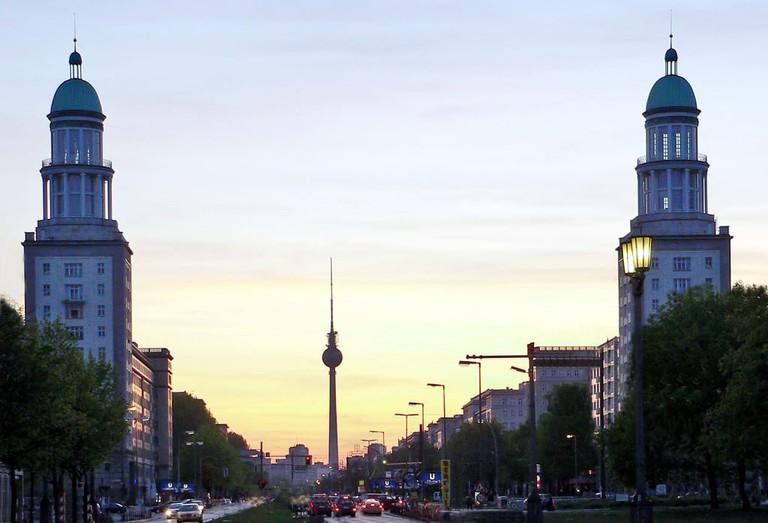 Frankfurter_Tor_Berlin_abends (1)