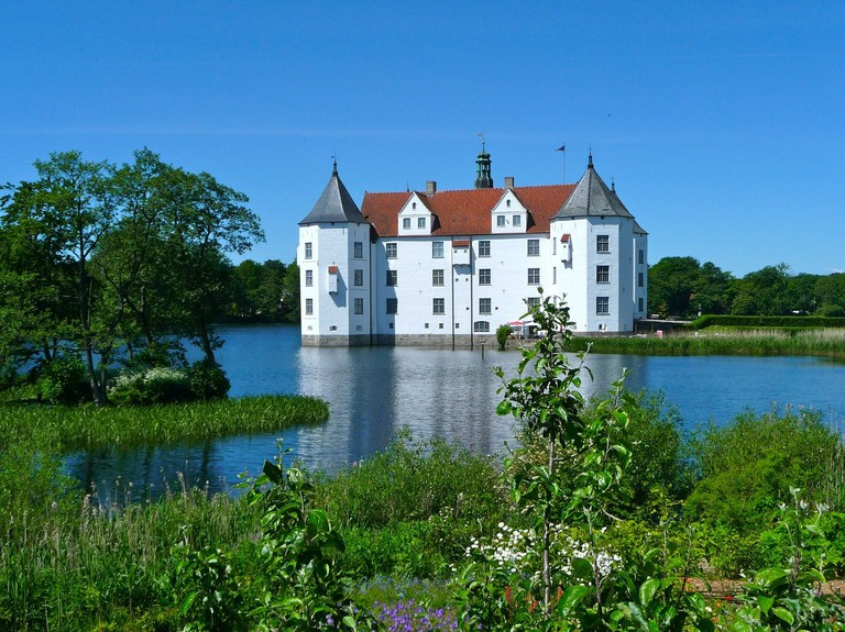 glucksburg-castle-335240_1280