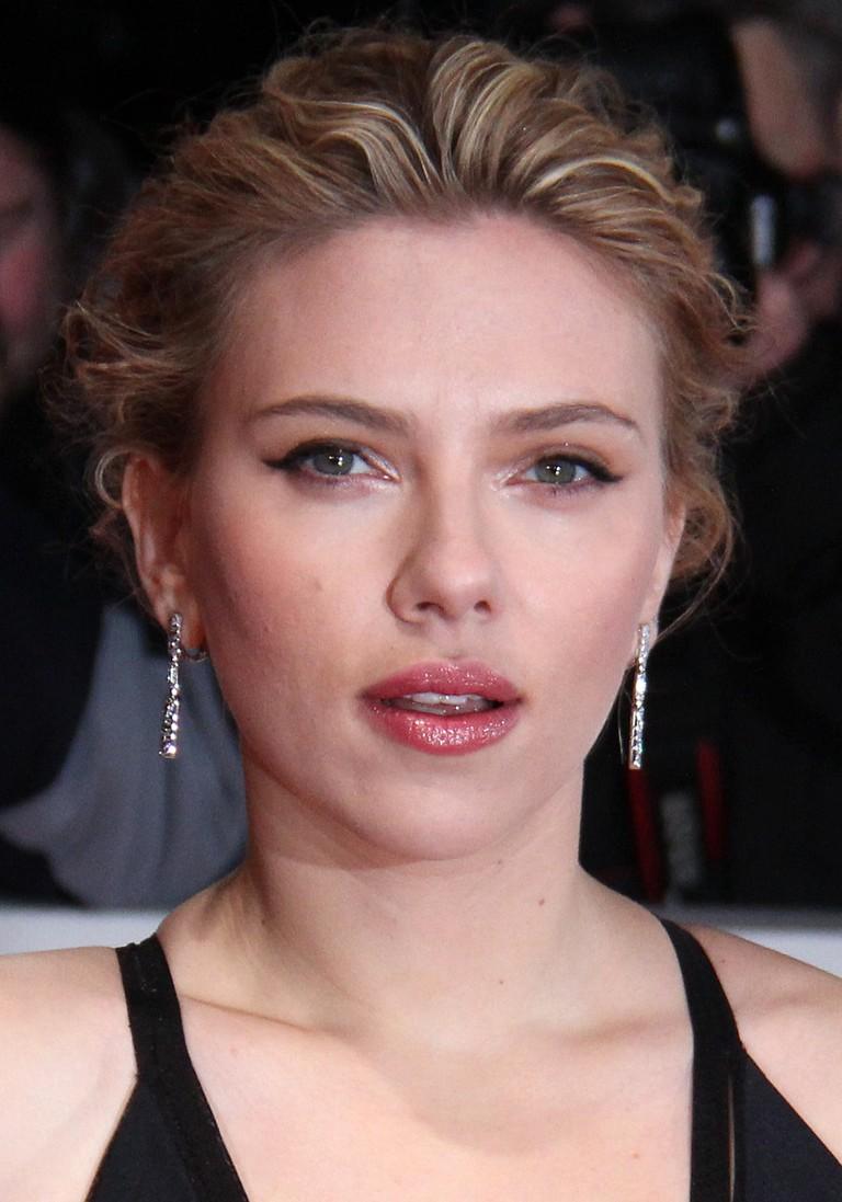 Goldene_Kamera_2012_-_Scarlett_Johansson_3_(cropped)
