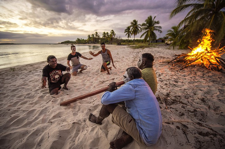 Playing the didgeridoo in Arnhem Land © Roderick Eime / Flickr
