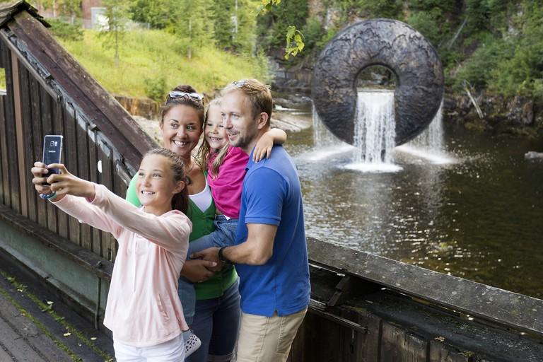 Kistefos_museet_all_of_natures_flows_through_us_familie_selfie_foto_Didrick_Stenersen