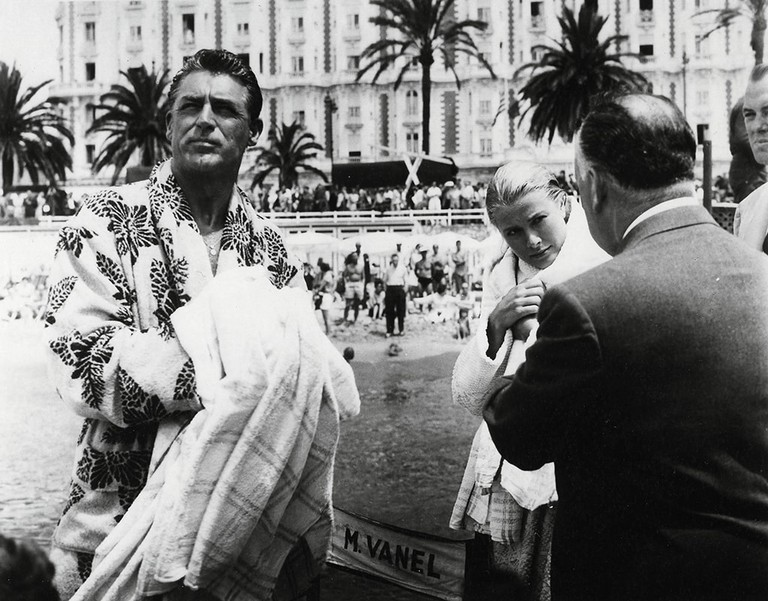 Cary Grant and Grace Kelly taking direction from Alfred Hitchcock on Carlton beach |© Paramount / Kobal / REX / Shutterstock