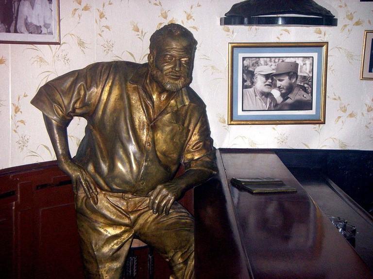 Statue_of_Hemingway_at_Floridita