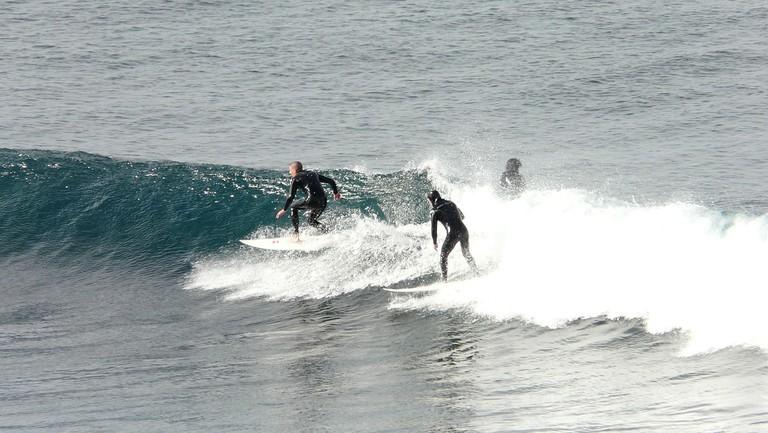 Surfers at Bells Beach © Chensiyuan / Wikimedia Commons