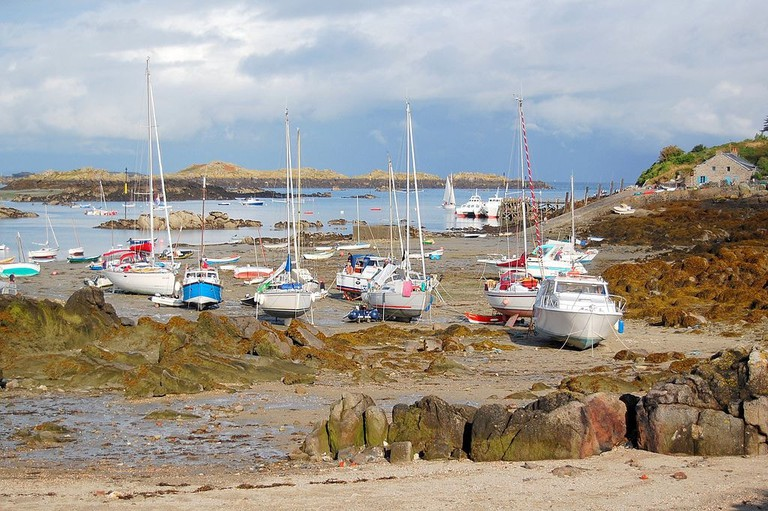 1024px-Chausey_flotille_de_voiliers_a_maree_bassemaree_basse