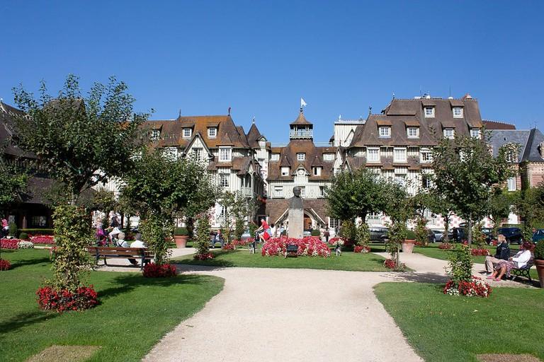 1024px-Deauville-Hôtel_Normandy-20120915