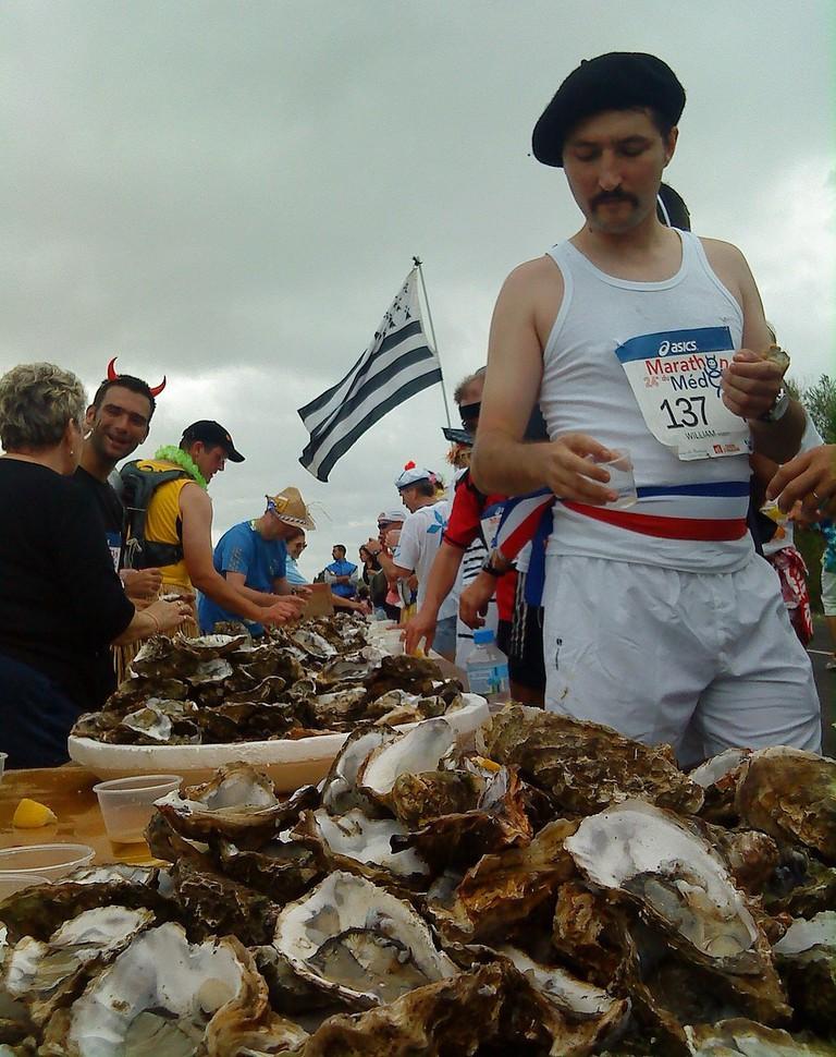 Eating oysters at the Marathon du Médoc