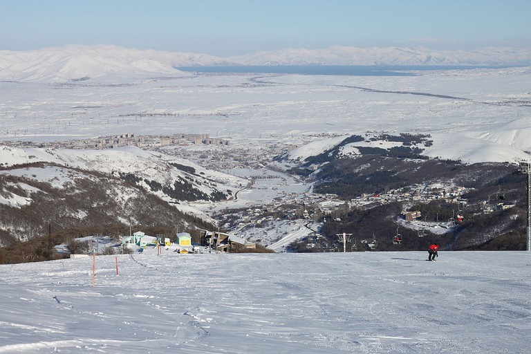 1024px-View_from_Tsaghkadzor_second_ski_run