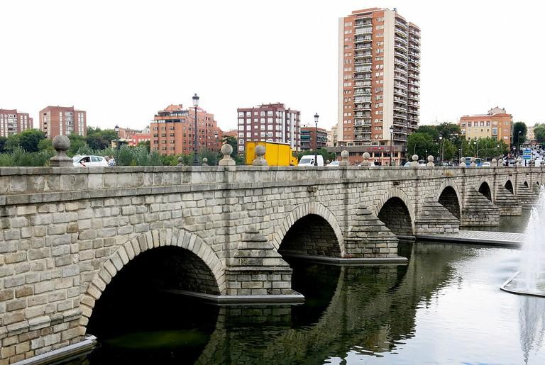 1200px-Edificio_Glorieta_del_puente_de_Segovia
