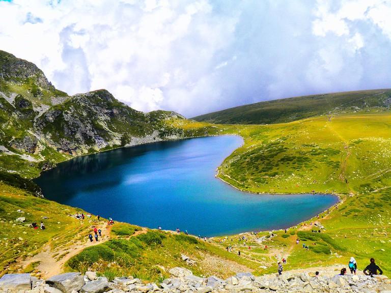 1280px-Езеро_Бъбрека,_Седемте_рилски_езера;_Lake__The_Kidney_,_The_Seven_Rila_lakes