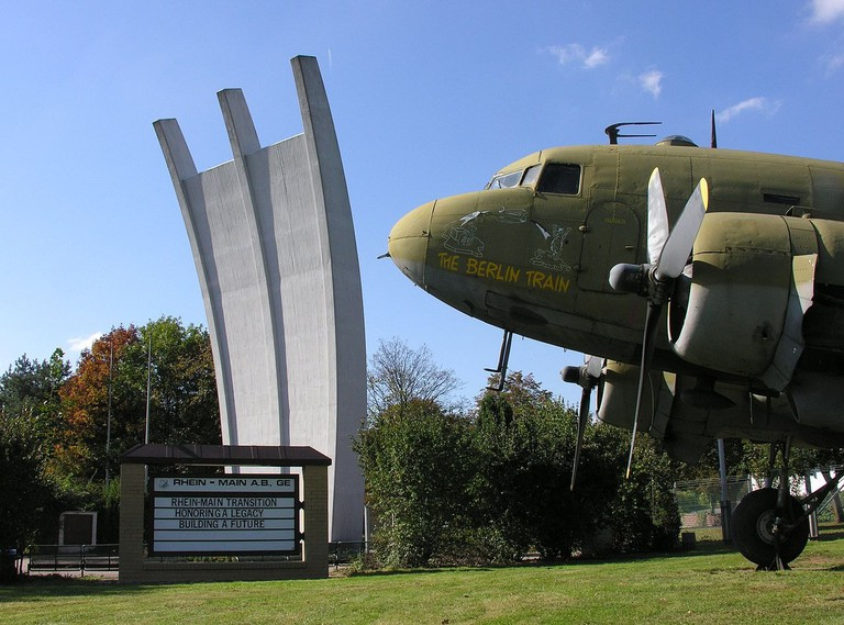 1280px-FRA_Airlift_Memorial_Douglas_C47_USAF_DC3