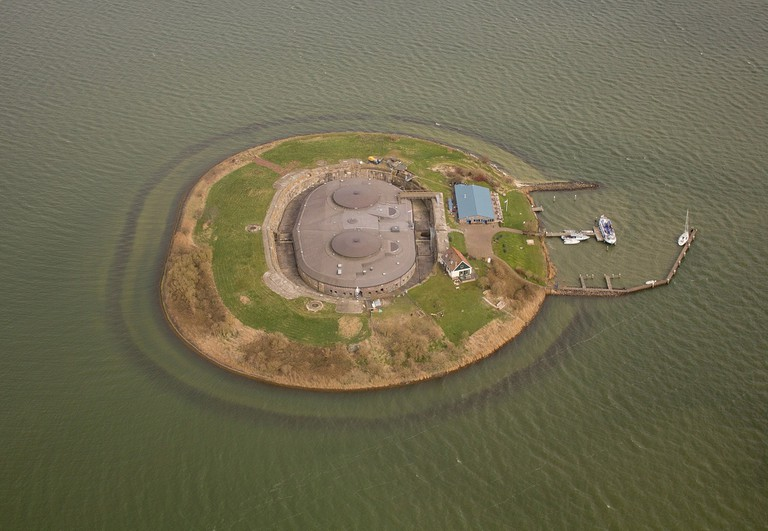 2048px-526452-Fort_Pampus