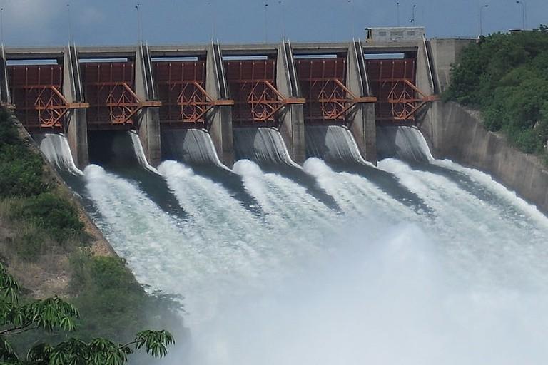 800px-Akosombo_Dam_is_spilling_water,_Ghana