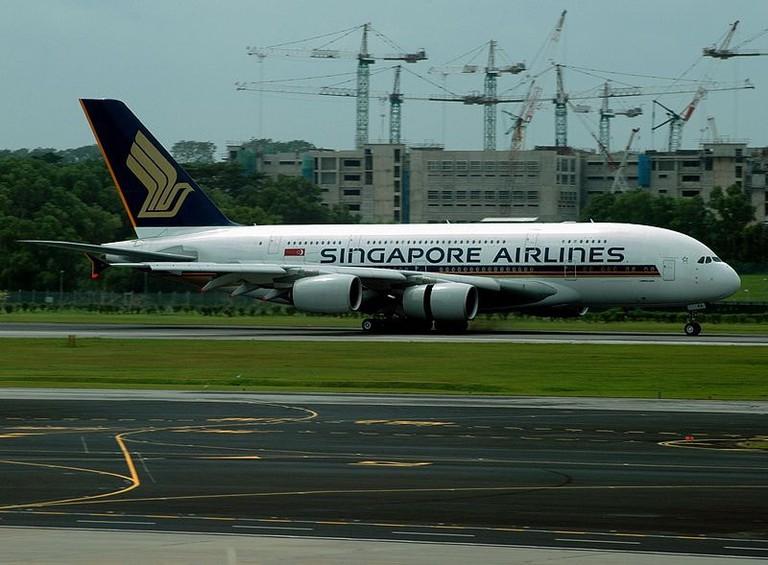 800px-SIA_Airbus_A380,_9V-SKA,_SIN_18