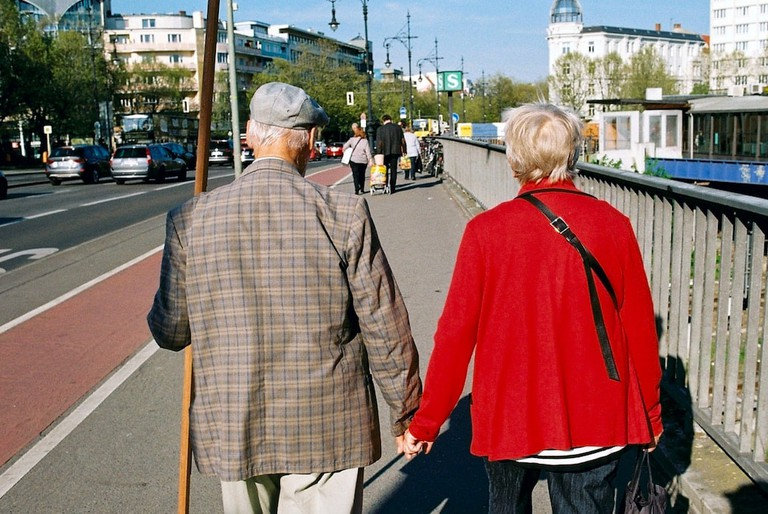 An older couple walk hand in hand in Halensee | © Ama Split and Riky Kiwy