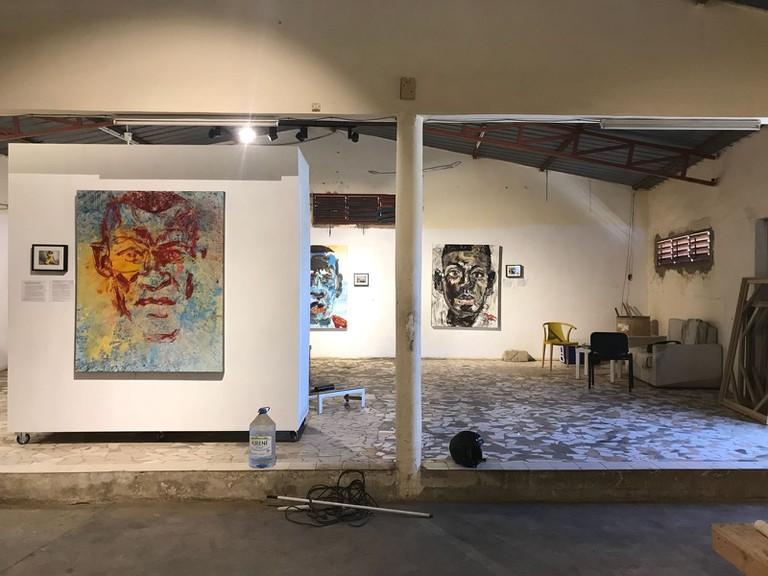 artiste peintre Benjamin M. Betsalel et le photographe Bastien Defives - Betsalel Studio Gallery OUAKAM