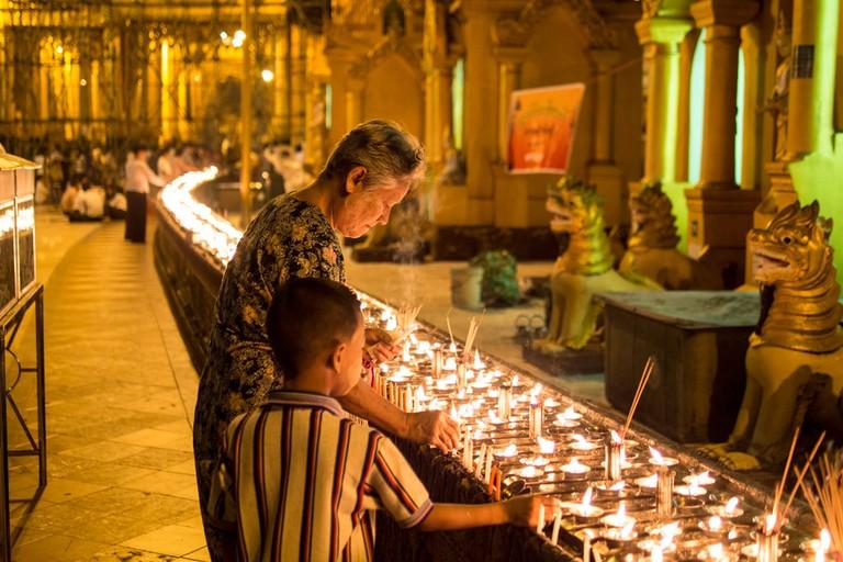 Experiencing-the-Shwedagon-Pagoda-at-Night