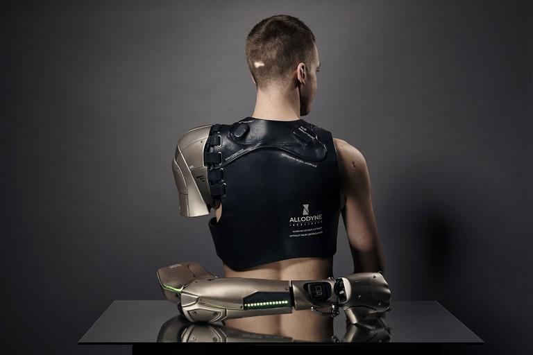 James Young portant la Phantom Limb - photographie Omkaar Kotedia © The Alternative Limb Project