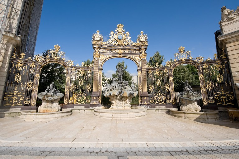 Ancient fountains and gate in Stanislas Square, Nancy, France |© Claudio Giovanni Colombo / Shutterstock