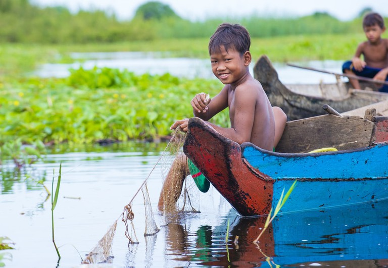 Cambodian children in Tonle sap lake