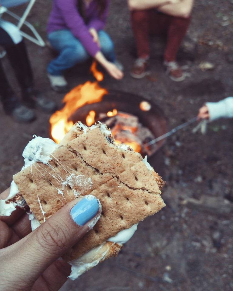 s'mores, chocolate, graham crackers, marshmallows
