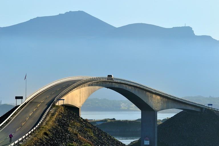 Storseisundbrua på Nasjonal turistveg Atlanterhavsvegen. ©Foto: Jarle Wæhler : Statens vegvesen