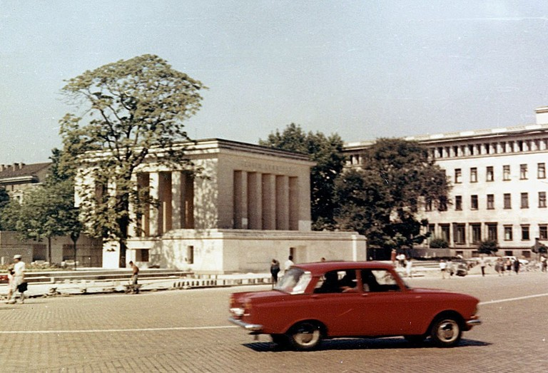 1024px-1969-08-Bulgarien_Sofia_Dimitroff-Mausoleum_fec_Monika_Angela_Arnold_Berlin1