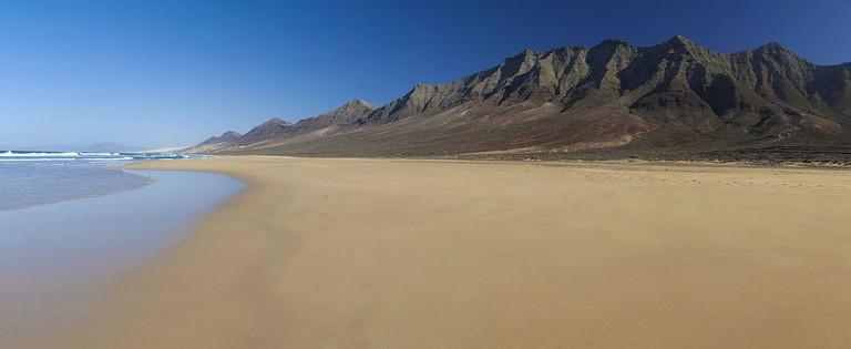 1200px-Fuerteventura_Canary_Islands_panorama_of_Cofete_beach_on_Jandia_Peninsula