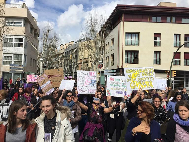 1200px-Vaga_feminista_8M_2018_a_Sabadell_02
