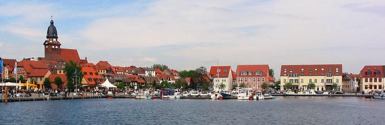 1200px-Waren_(Müritz)_Stadthafen