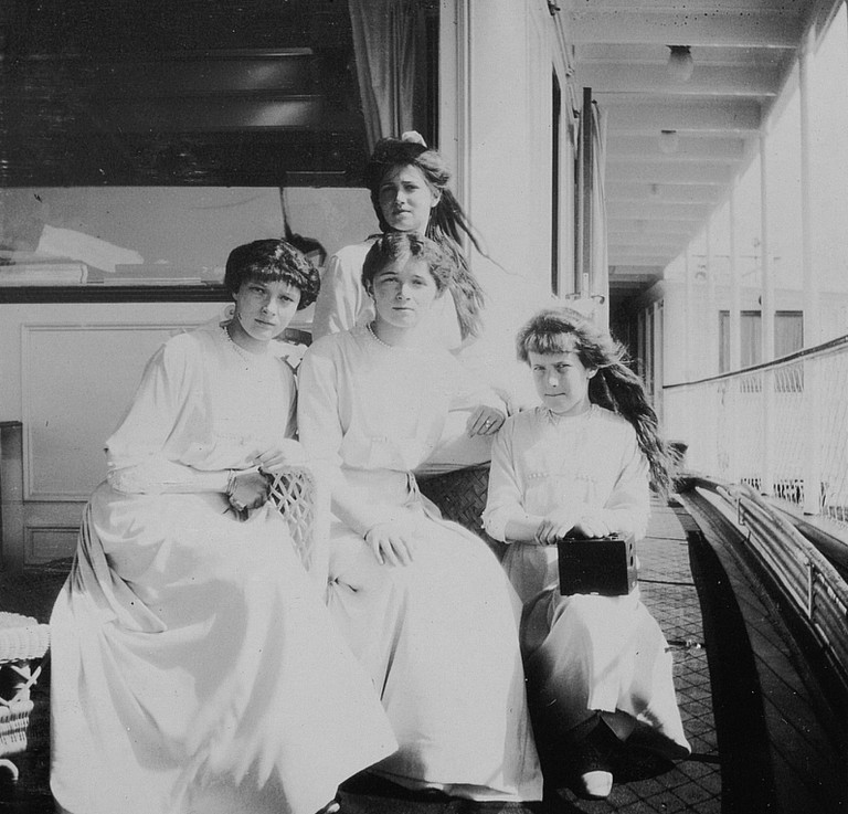 1913 - Tatiana, Olga, Anastasia, Maria (standing), aboard the steamer, part of the big tour to mark the Tercentenary of. № 416