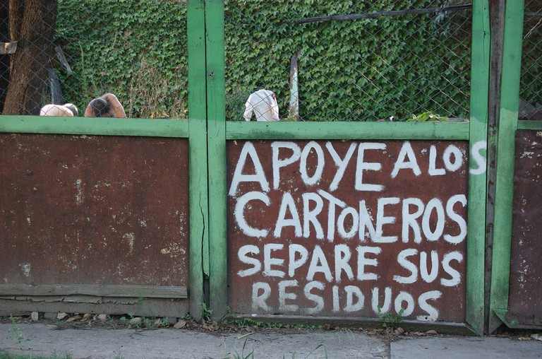 "Graffiti depicting the phrase ""support the cartoneros, separate your waste"""