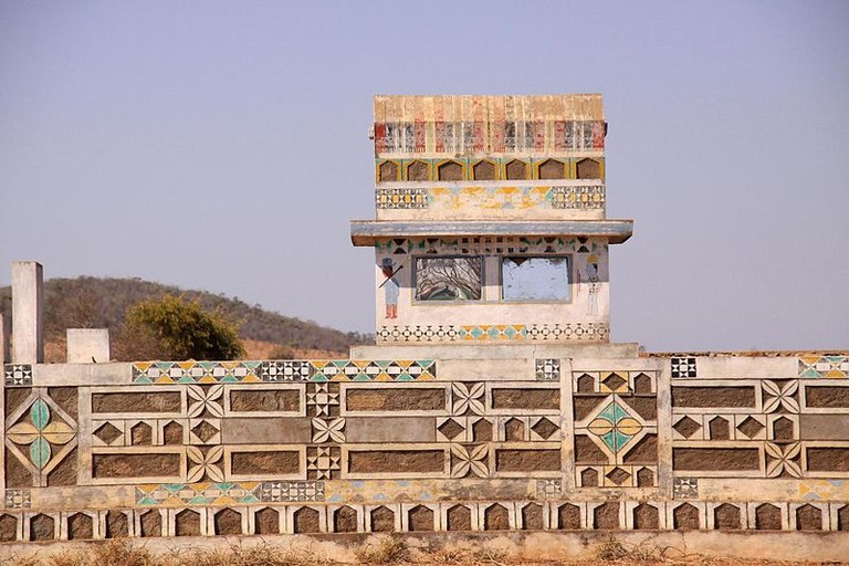800px-Mahafaly_tomb_painted_carved_south_Madagascar