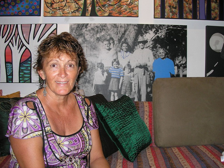 Bronwyn Bancroft with her artworks © Hamiltonstone / Wikimedia Commons