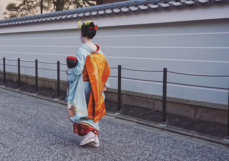 maiko on the streets of Kamishichiken-min